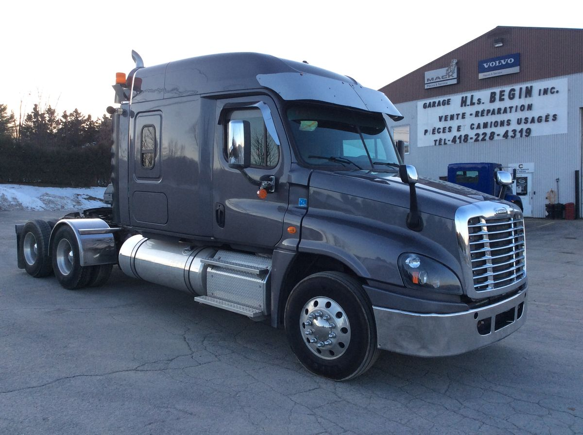 --- TRUCK WITH SLEEPING AND ROBUST SPECIFICATIONS, IDEAL FOR TRANSPORTATION WITH 4 AXLE TRAILER ---  2014 FREIGHLINER CASCADIA - Stock number: F1019 - Exterior color: Gray - Interior color: Beige - Doors: 2 doors - Odometer (km): 886,885 km - Brakes: air - Axle spacing (inches): 55 inches - Front axle (lbs.): 13,000 lbs - Rear axle (lbs.): (X2) 23,000 lbs - Differential: 46,000 lbs - Traction: Full lock - Wheelbase (inches): 267 inches - Wheels: Aluminum - Tires: 11R22.5 - Suspension: Air - AC (cabin axle): 101 inches - GVWR (lbs.): 59,220 lbs - Chassis: Simple - Jacob (engine brake): Yes - Engine: DD16 15.6L - Power (horses): 600 hp - Torque: 1,800 - Transmission: 18-speed Eaton-Fuller - Ratio: 3.91 - Berth: with berth - Price on request only  Please note that we have two places where vehicles can meet, either in Lévis or in Saint-Georges. We suggest that you contact one of our experienced advisers in order to be informed of the geolocation of the vehicle before traveling.