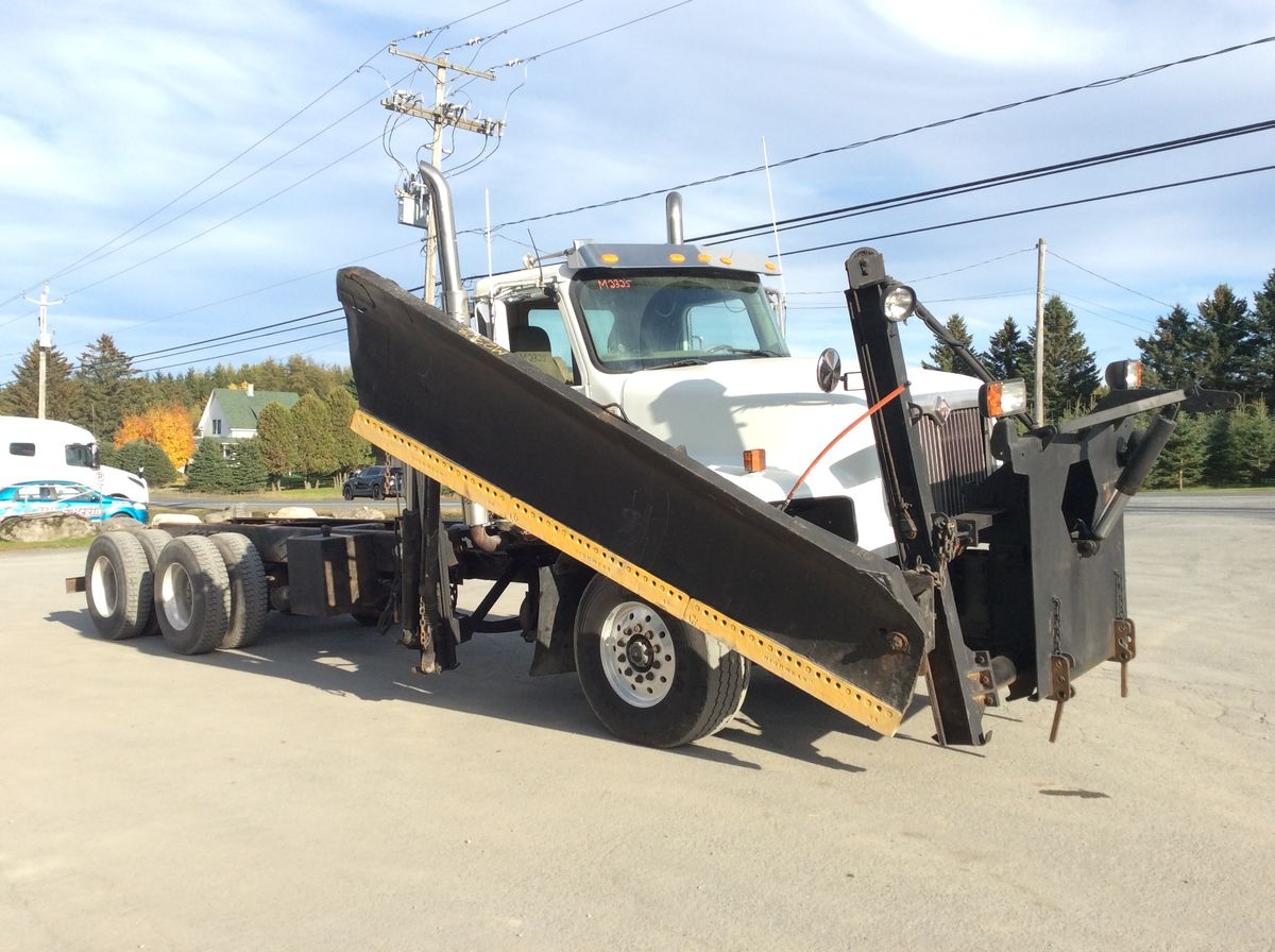 --- SNOW REMOVAL TRUCK WITH SIDE WING AND ONE-WAY TYPE SCRAP AND DUMP BOX 20 'FEET. POSSIBILITY OF PUTTING A SANDY BOX 4 SEASONS ---  - Stock number: M2323 - Mileage: 446,262 km - Exterior color: white and black - Doors: 2 doors - Engine: Caterpillar C13 - Power: 470 hp - Couple: 1,700 - Brakes: in the air - Axle spacing: 61 inches - Transmission: Eaton Fuller 18 speed - Front axle: 20,000 lbs - Rear axles: 46,000 lbs - Differential: Dana Spicer 46,000 lbs - Ratio: 4.10 - Suspension: Haulmaax RB - Front wheels: aluminum - AR wheels: aluminum - Front tires: 465 / 65R22.5 - Rear tires: 11R22.5 - Equipment # 1: 11.6 feet front scraper - Equipment # 2: 11 foot side scraper - Wheelbase: 246 inches - Price: on request only  Please note that we have two places where vehicles can meet, either in Lévis or Saint-Georges. We suggest that you contact one of our experienced advisors to be informed of the geolocation of the vehicle before you travel.