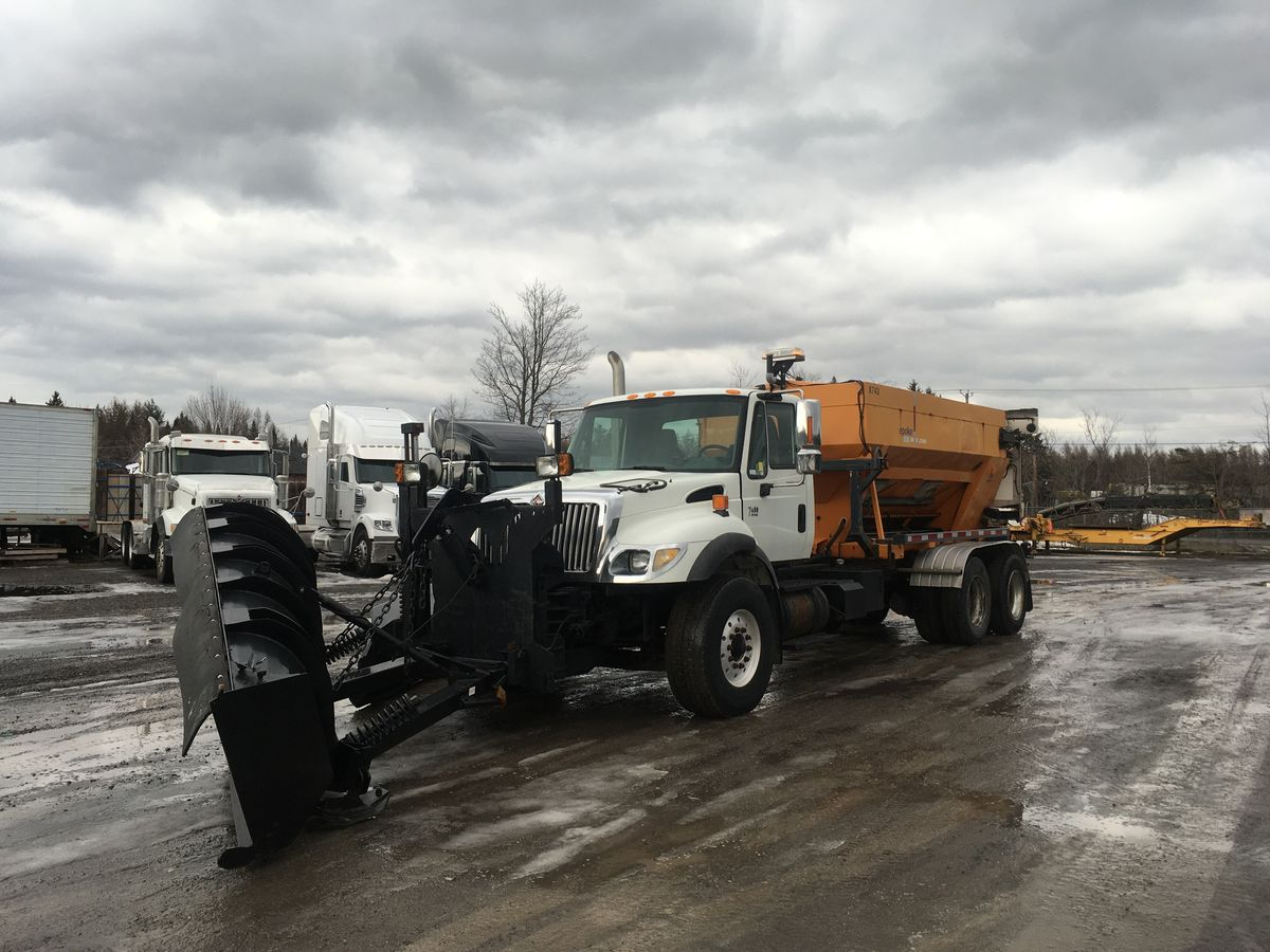 --- SNOW TRUCK WITH COMPLETE EQUIPMENT FOR SMALL BUDGET ---  2005 INTERNATIONAL 7400 - Stock number: M2334 - Mileage: 104,779 km - Doors: 2 - Engine: DT466 - Transmission: Eaton Fuller 8 speed - Front axle: 20,000 lbs - Rear axles: 40,000 lbs - Suspension: Hendrickson springs - Equipment: Way plow, wing of 11 feet, epane sander, spinner 1, epoke electronic spreader controls. - Wheelbase: 242 inches - Price on request only  Please note that we have two locations where vehicles can be located, either in Lévis or Saint-Georges. We suggest that you contact one of our experienced advisors to be informed of the geolocation of the vehicle before you travel.